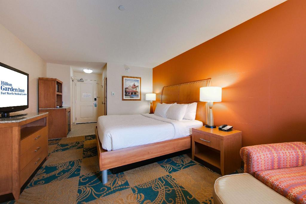 1 King With Drinks And Snacks - Guestroom Hilton Garden Inn Fort Worth Medical Center