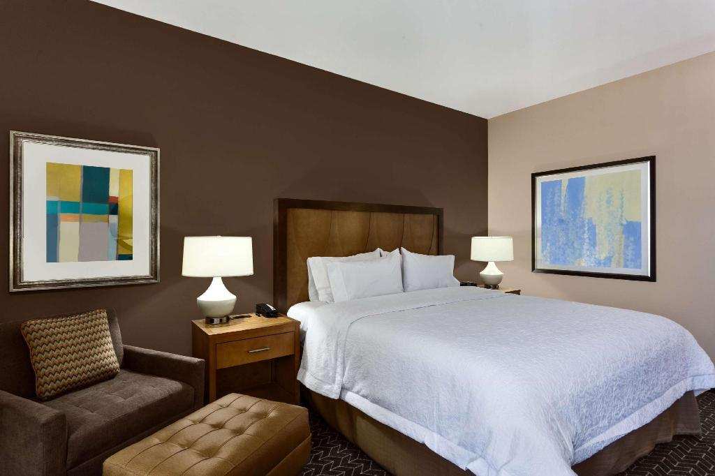 1 King Accessible with Tub - Guestroom Hampton Inn and Suites Clayton St.Louis-Galleria Area