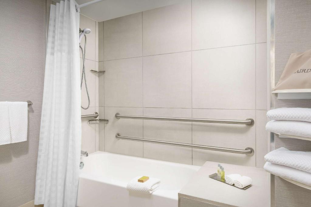 2 Queen Mobility Hearing Accessible with Tub - Guestroom DoubleTree by Hilton Orlando Airport Hotel