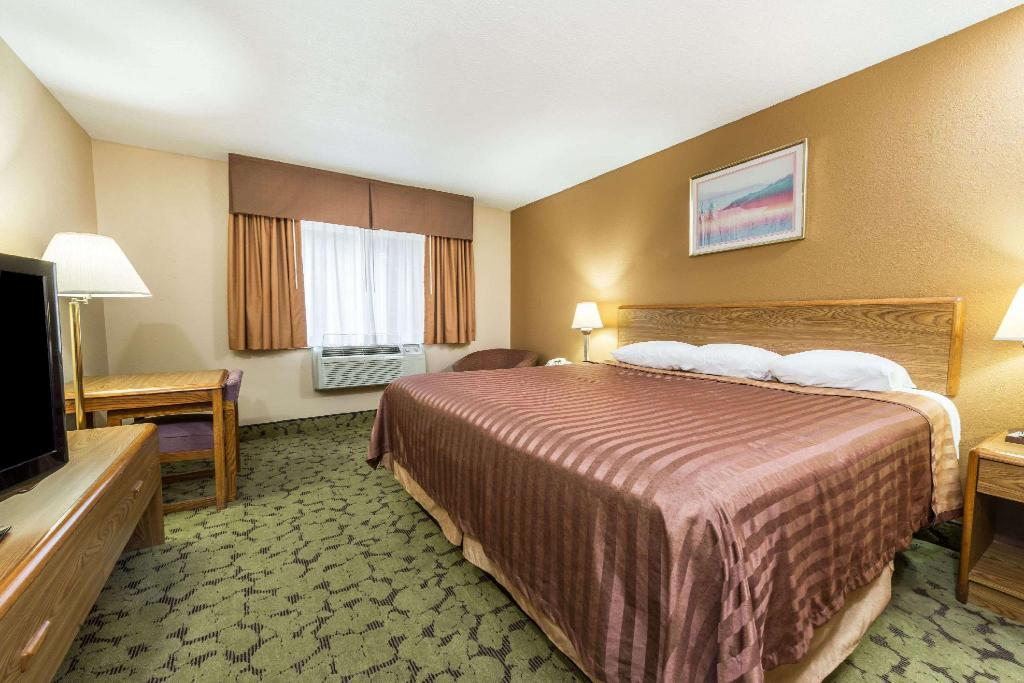 1 King Bed Non-Smoking - Guestroom Travelodge by Wyndham Bloomington