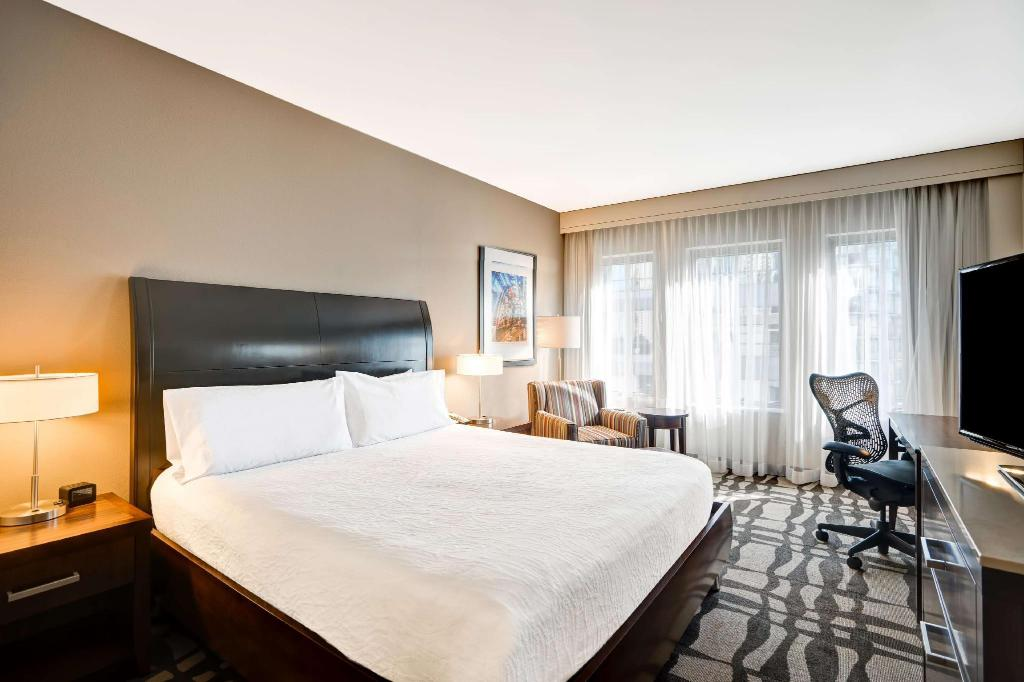1 King Accessible Roll In Shower - Guestroom Hilton Garden Inn Chicago Downtown Magnificent Mile