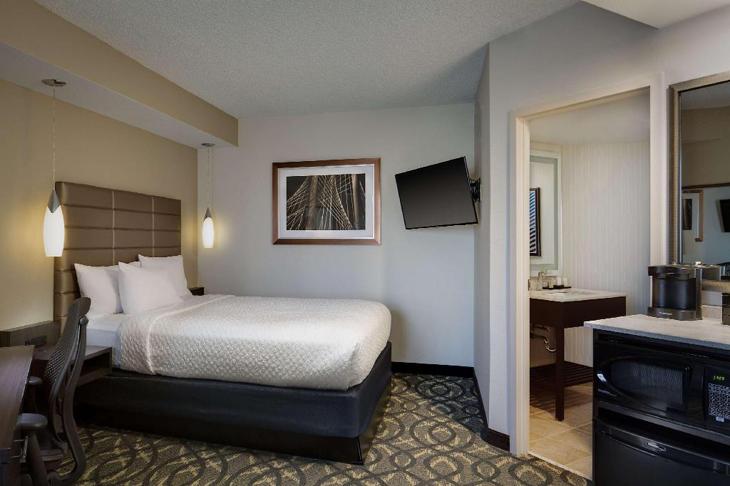 1 Queen Non-Suite Non-Smoking - Guestroom Embassy Suites Hotel Dallas - Love Field