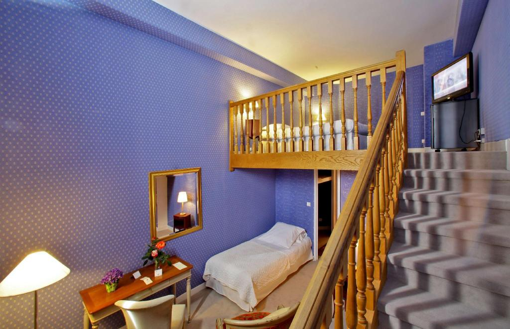 Junior Suite with Queen Bed and 2 Single Beds Non Smoking - Δωμάτιο