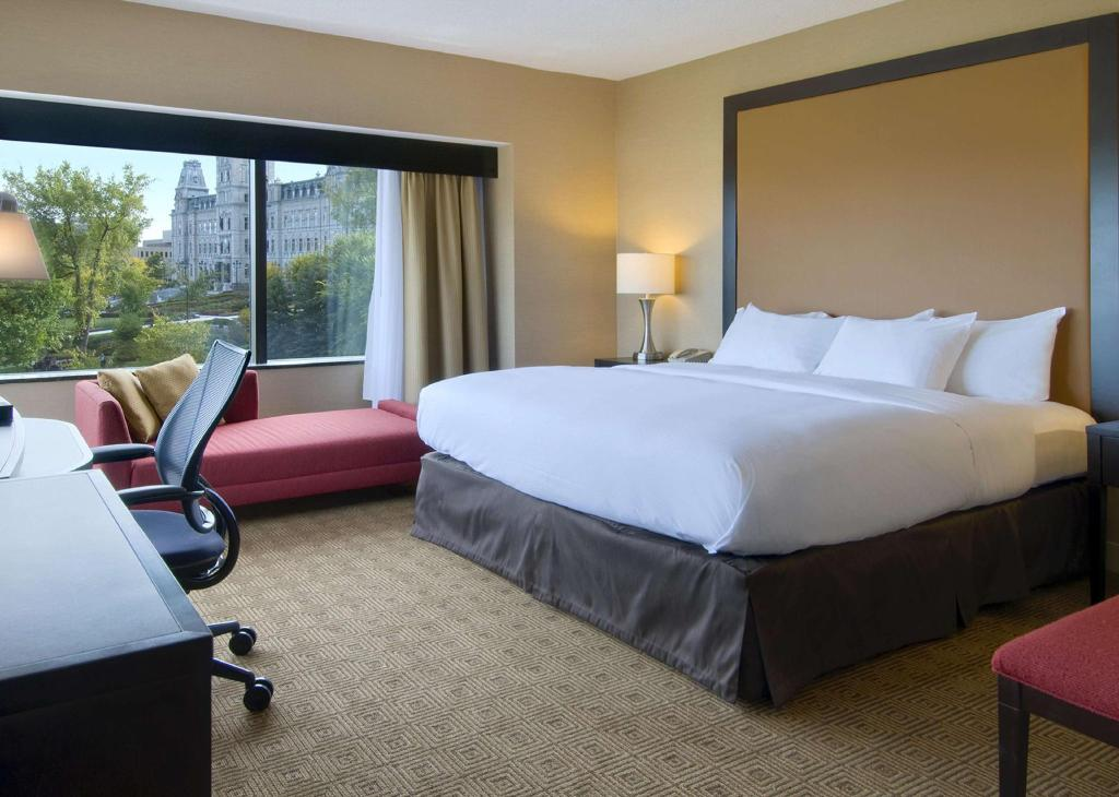 1 King Parliament View - Guestroom Hilton Quebec Hotel