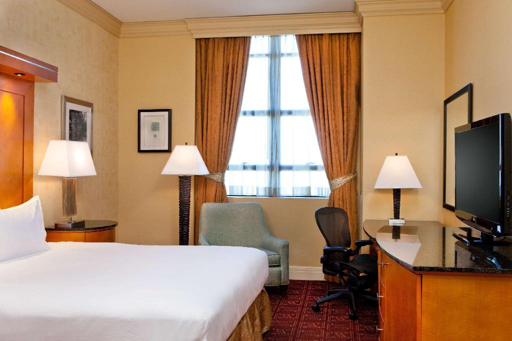 Standard King - Guestroom Hilton Boston Downtown Faneuil Hall