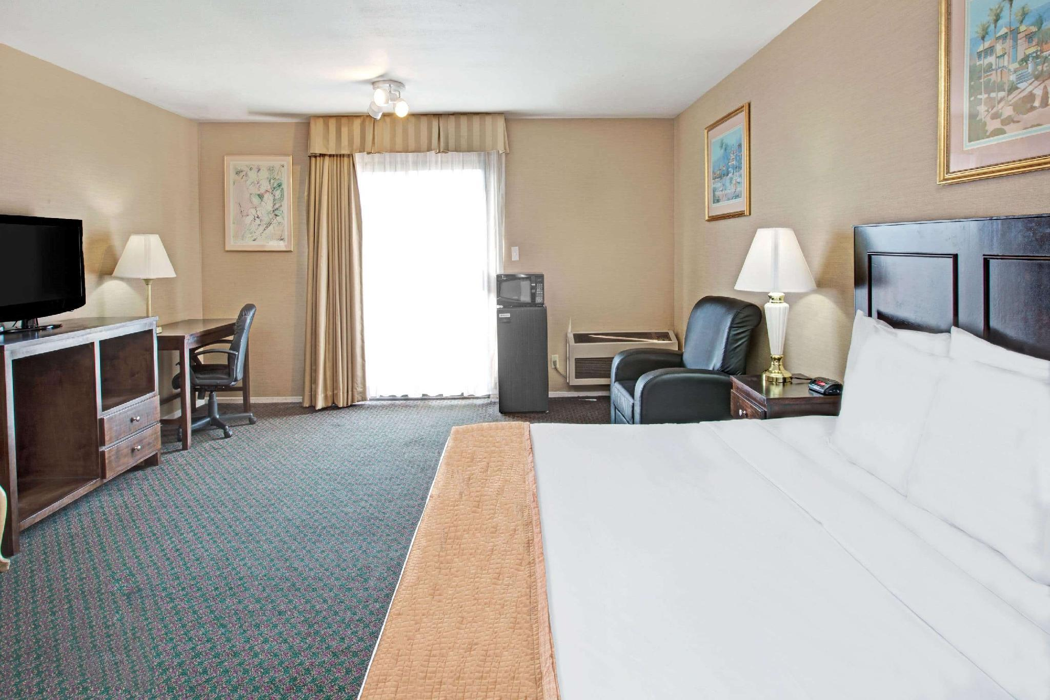 1 King Bed, Mobility Accessible Room, Roll-In Shower, Non-Smoking