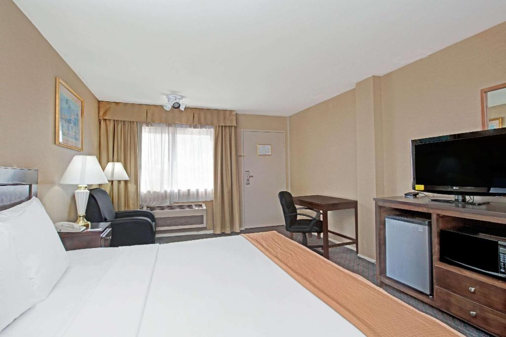 1 King Bed Non-Smoking - Guestroom Howard Johnson by Wyndham Torrance