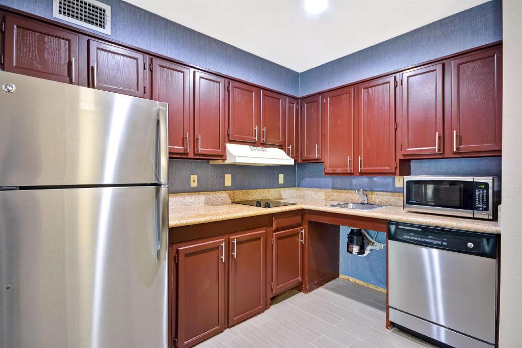 1 King 1 Bedroom Roll in Shower Mobility Accessible Non-Smoking - Guestroom Homewood Suites By Hilton Dallas Lewisville