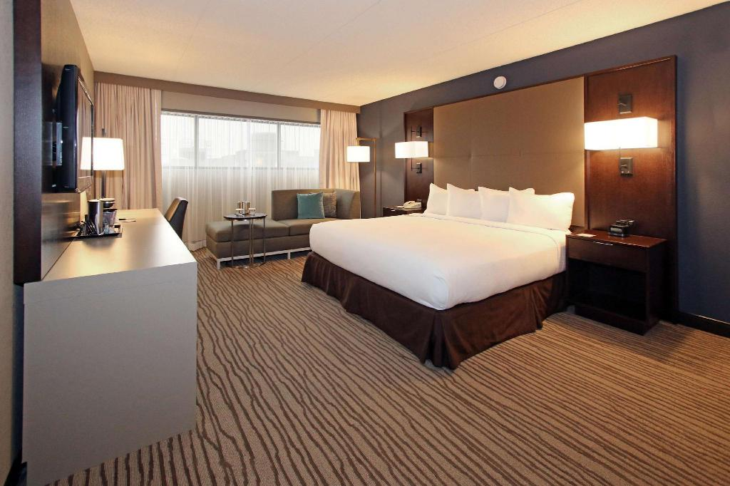 1 King Mobility Accessible with Bathtub - Guestroom Doubletree by Hilton Newark Airport Hotel