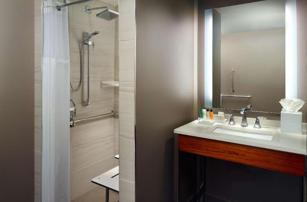 1 King Mobility Accessible W/Roll-In Shower - Guestroom Hilton Miami Airport Blue Lagoon