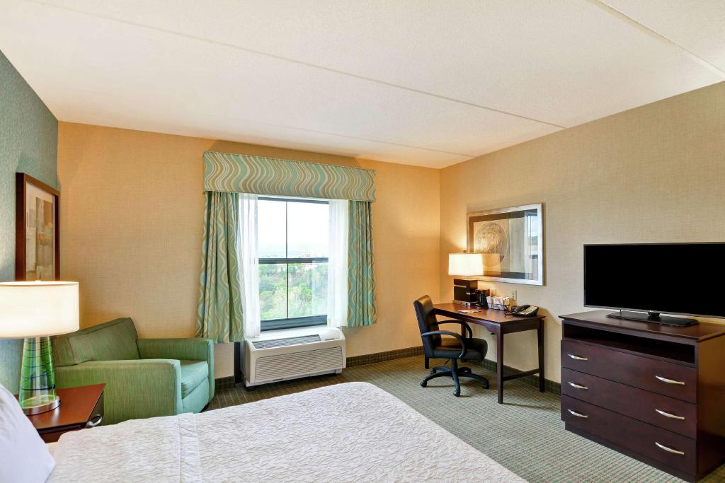 1 King Accessible Roll In Shower Non-Smoking - Guestroom Hampton Inn and Suites Wilkes Barre Scranton