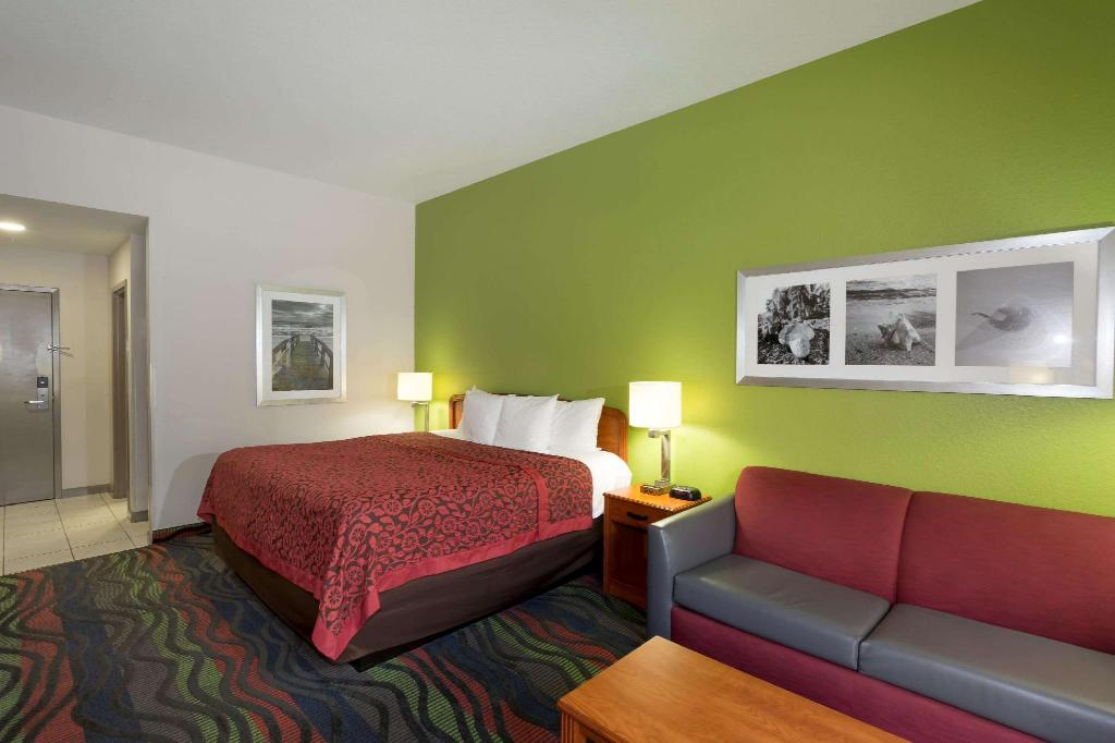 1 King Bed Non-Smoking - Guestroom Days Inn & Suites by Wyndham Fort Myers Near JetBlue Park