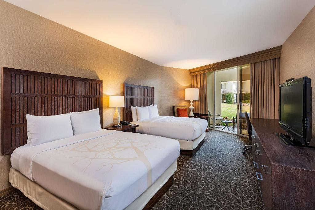 2 Queen Hearing Accessible - Guestroom Hilton La Jolla Torrey Pines Hotel
