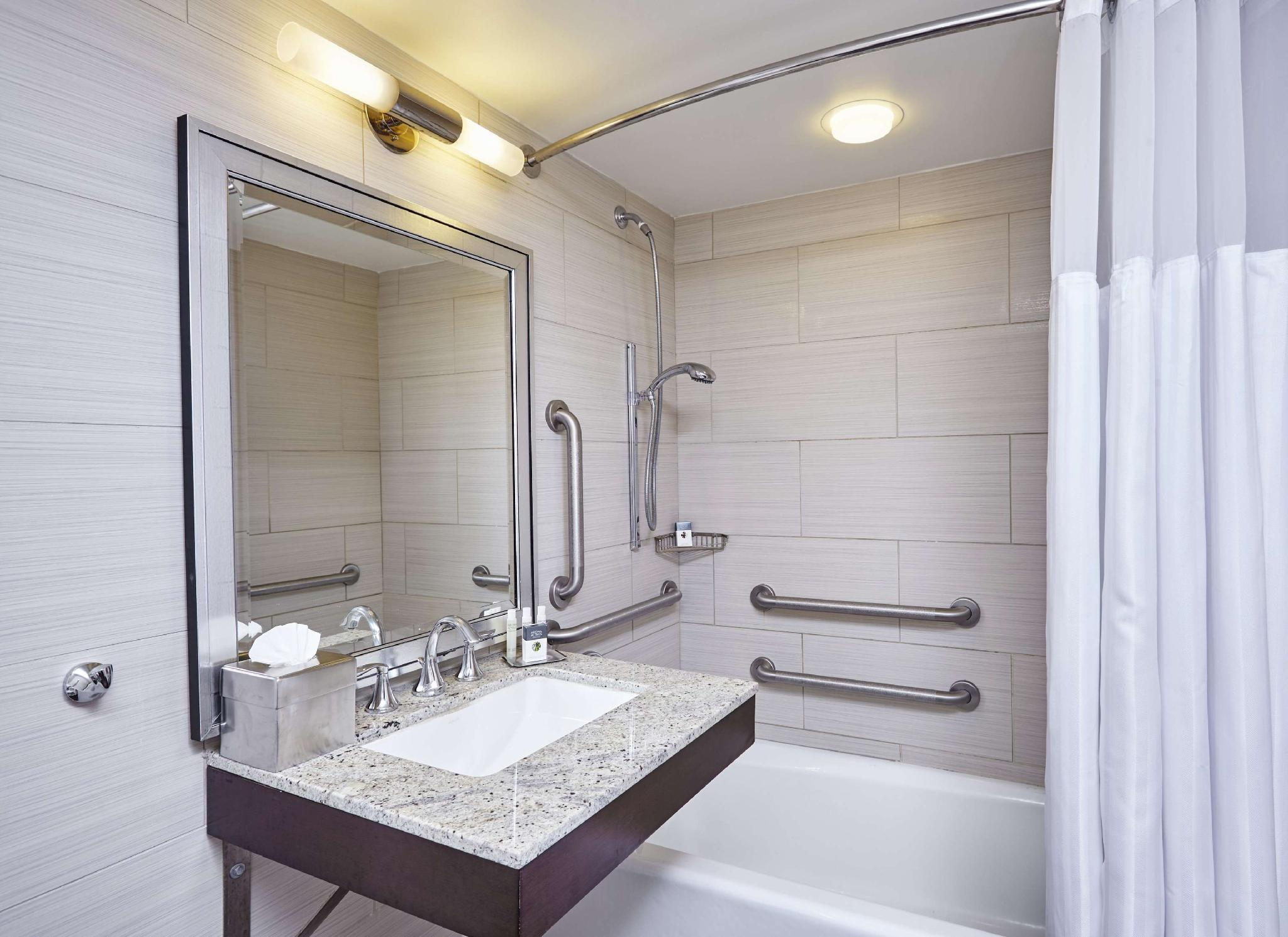 Queen Larger Room Mobility/Hearing Accessible Tub