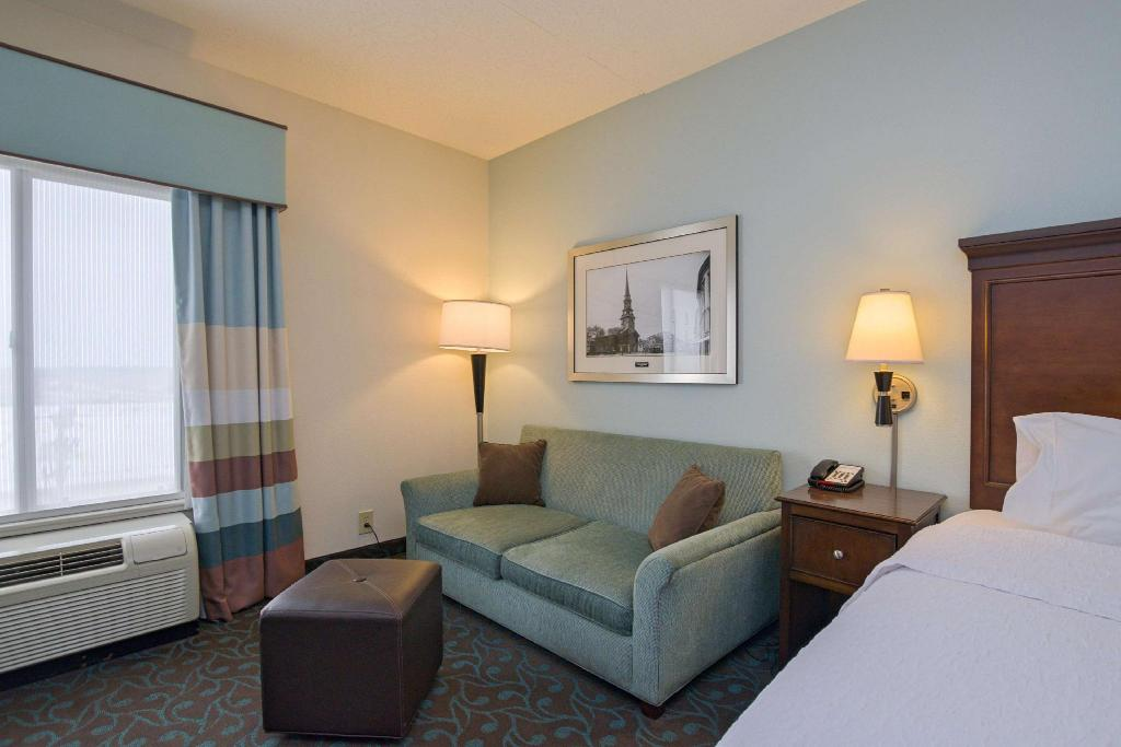 1 King Bed Non-Smoking - Guestroom Hampton Inn Portsmouth