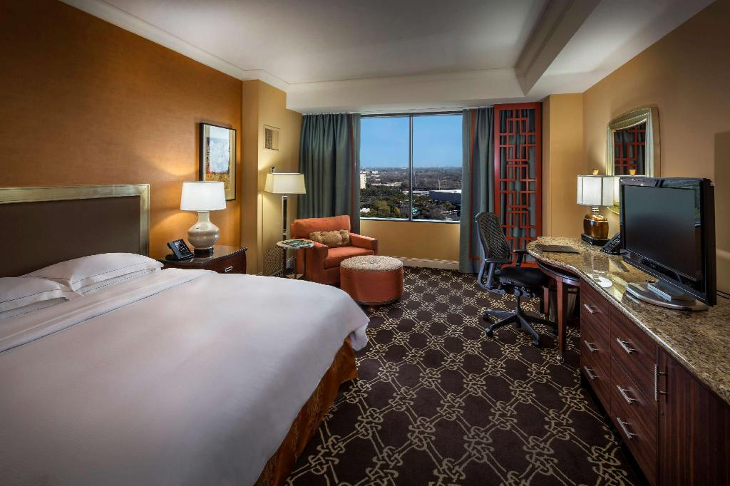 1 King Accessible with Bathtub - Guestroom Hilton Anatole Hotel