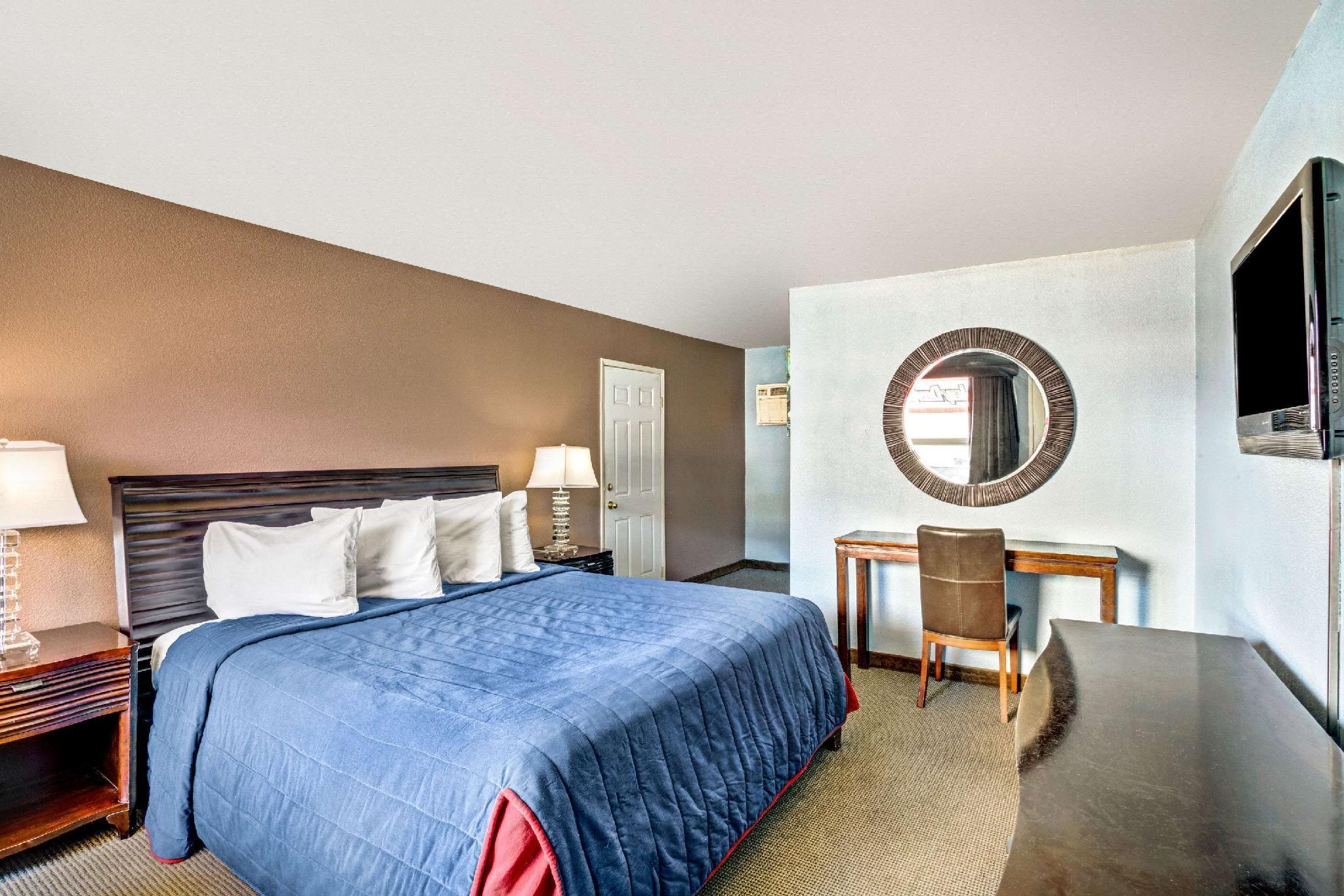 nude-cheap-rooms-las-vegas-strip-christopher-meloni-indian