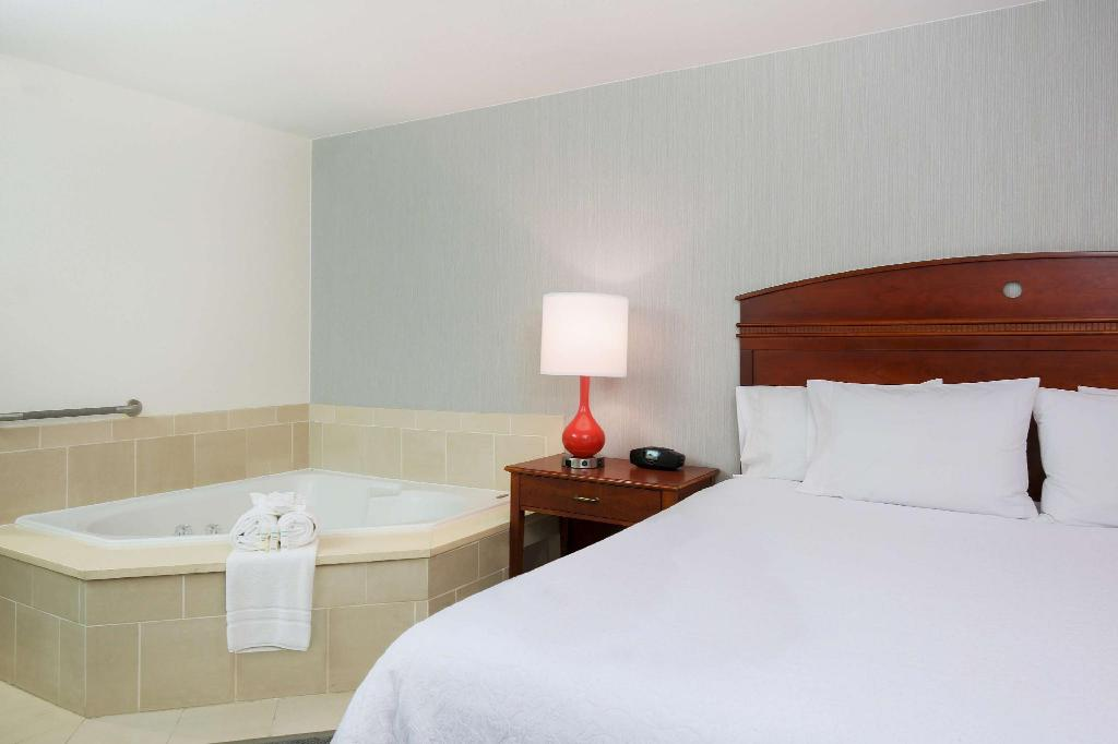 1 King with Whirlpool Non-Smoking - Guestroom