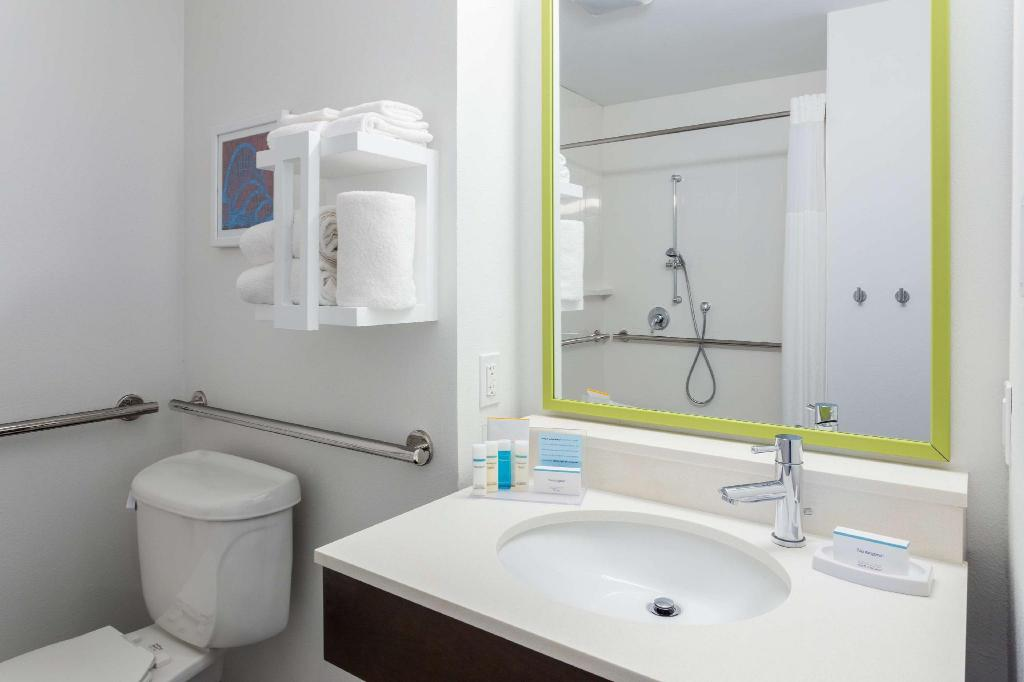 1 Queen Accessible Roll In Shower Non-Smoking - Guestroom Hampton Inn and Suites Orlando International Drive North