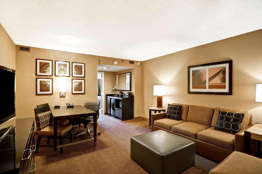 King Suite Non-Smoking - Guestroom Embassy Suites Hotel Chicago Downtown
