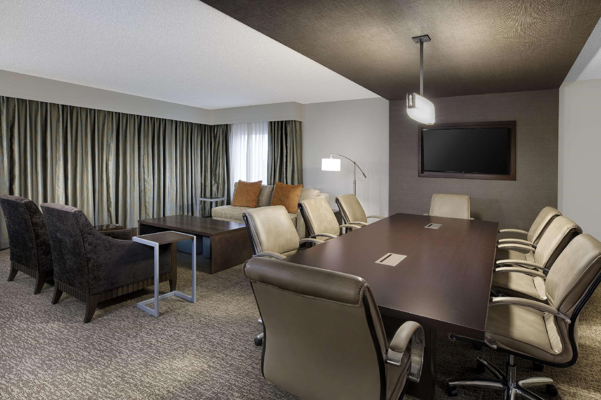 1 King 1 Bedroom Presidential Suite W/Kitchenette Non-Smoking