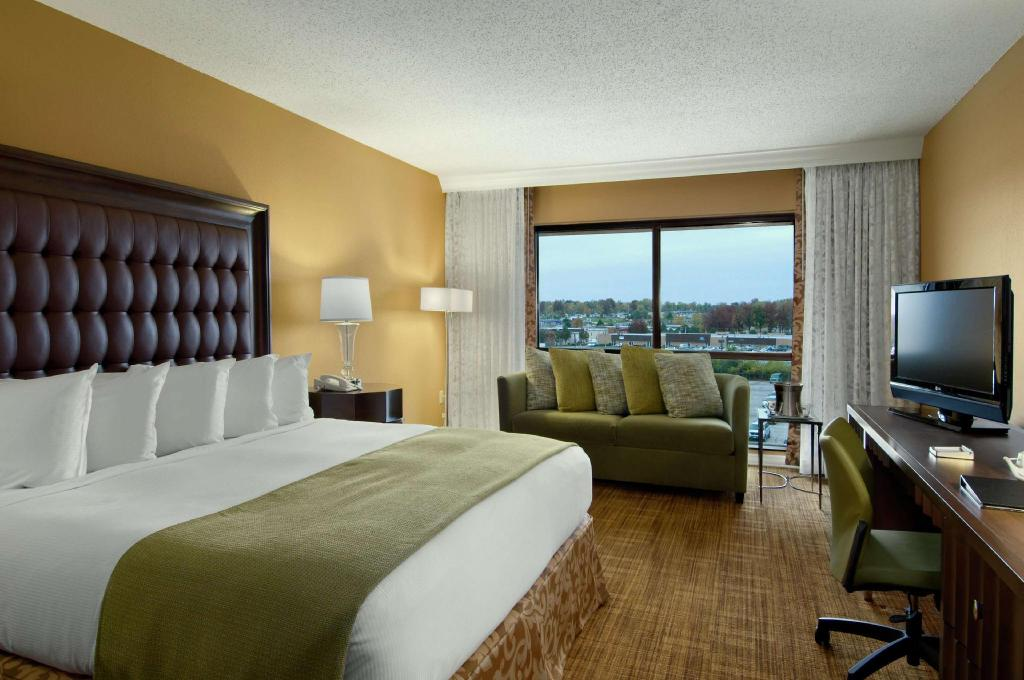 1 King Accessible with Roll in Shower - Guestroom Hilton St. Louis Airport Hotel