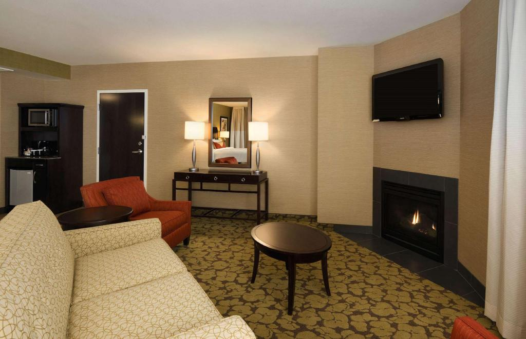 1 King Junior Suite Hearing Accessible - Guestroom
