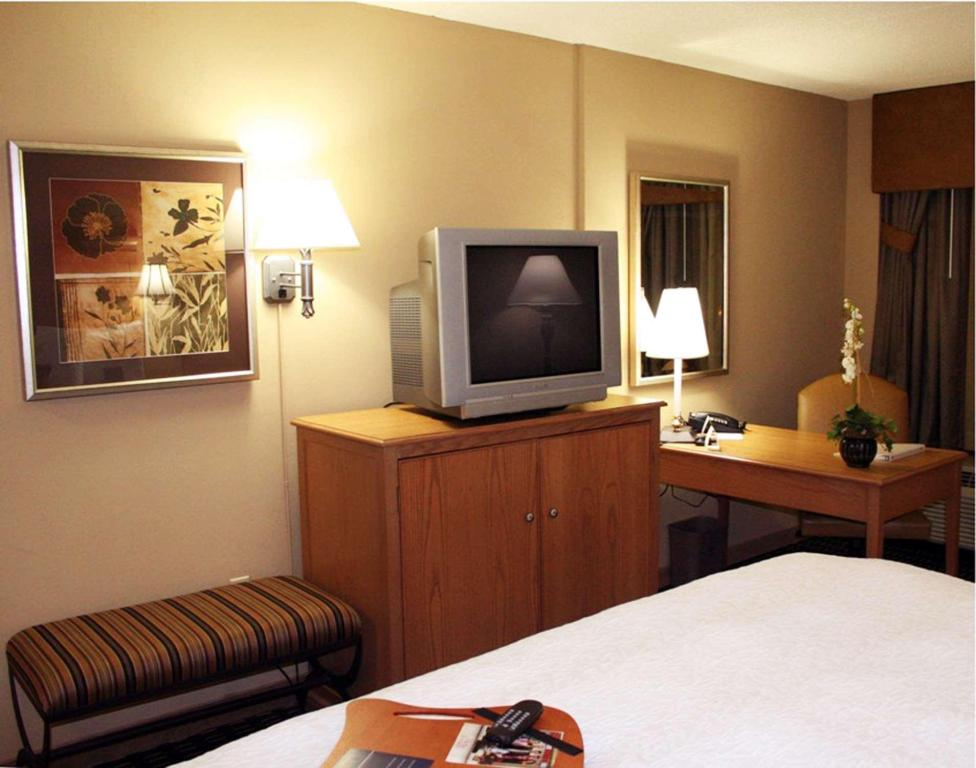1 King Bed Non-Smoking - Guestroom Hampton Inn & Suites Albany Downtown