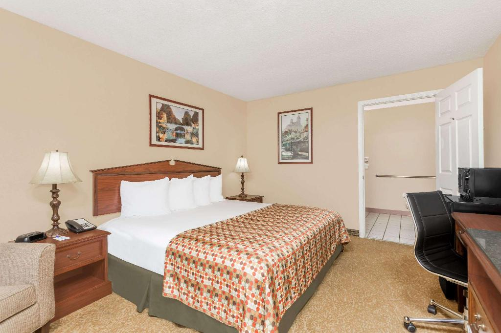 1 King Bed Accessible Room Non-Smoking - Guestroom
