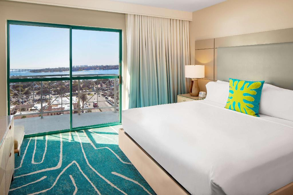 1 King Bay View Balcony Non-Smoking - Guestroom Embassy Suites San Diego Bay Downtown Hotel
