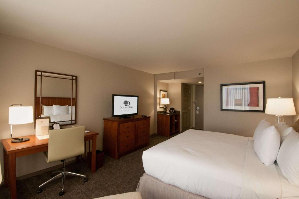 1 King Bed Non-Smoking - Guestroom DoubleTree by Hilton Hotel Chicago - Oak Brook