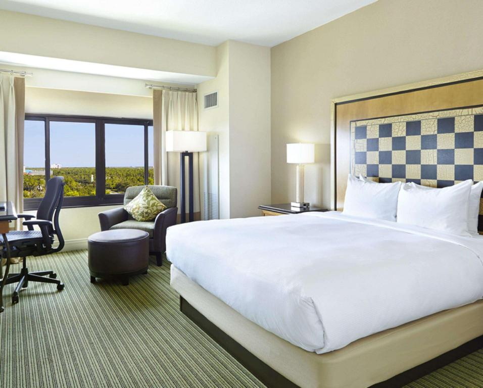 1 King Bed - Guestroom Hilton Orlando Lake Buena Vista