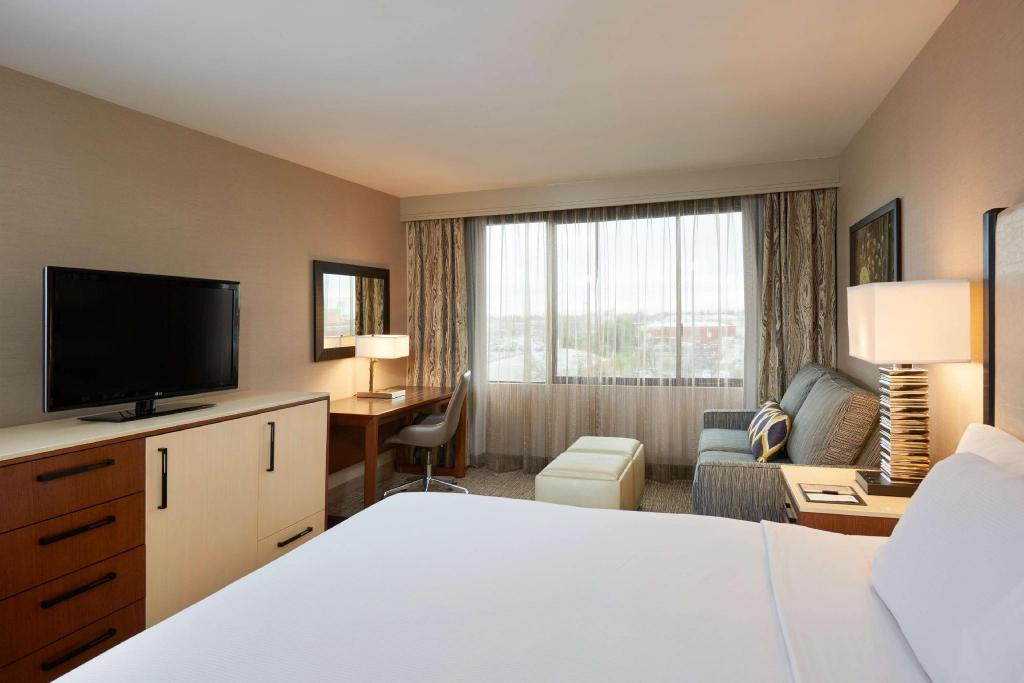 1 King Bed Non-Smoking - Guestroom DoubleTree by Hilton Fresno Convention Center