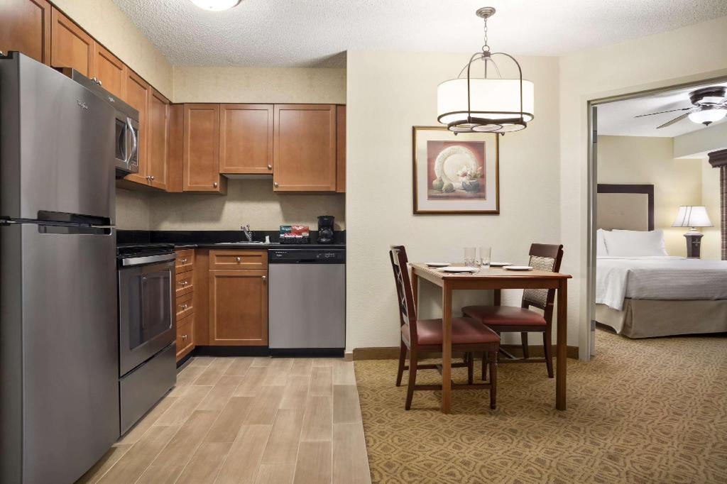 1 King 1 Bedroom Fireplace Suite Non-Smoking - Guestroom Homewood Suites by Hilton Dallas – Park Central Hotel