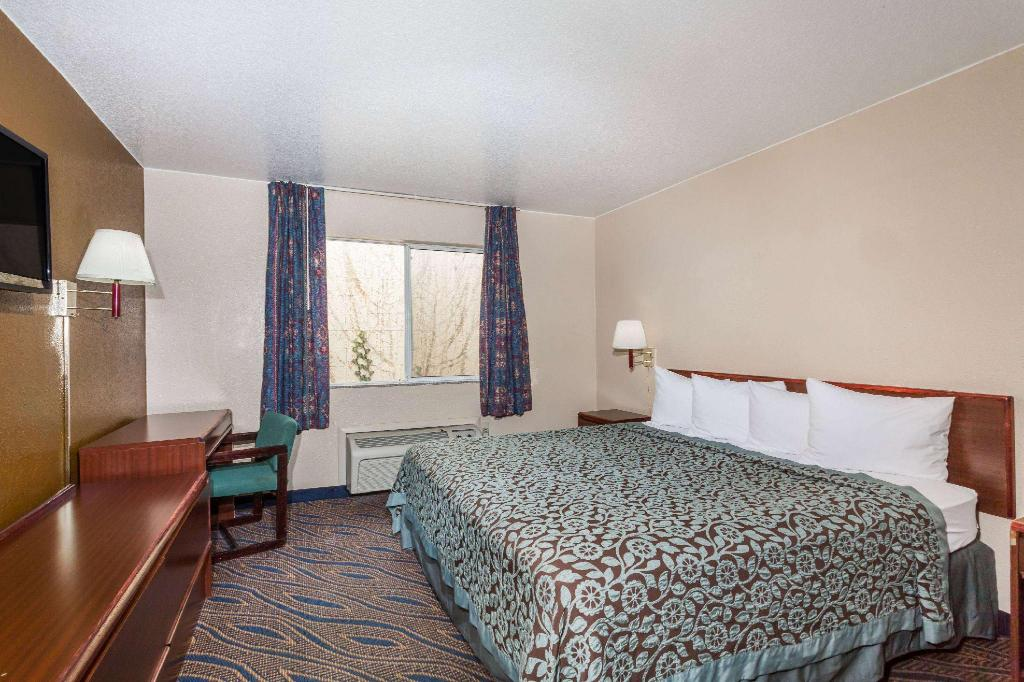 1 Queen Bed Accessible Non-Smoking - Guestroom Days Inn by Wyndham Salt Lake City South