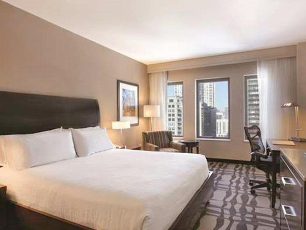 Room with King Bed and Roll-In Shower - Accessible - Katil Hilton Garden Inn Chicago Downtown Magnificent Mile