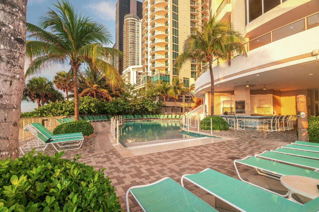 Swimming pool Doubletree Ocean Point Resort & Spa Miami Beach North