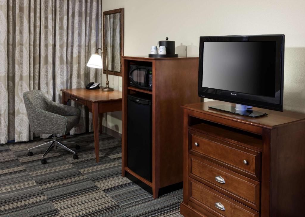 2 Queen Accessible with Tub Non-Smoking - Guestroom Hampton Inn & Suites Colorado Springs/I-25 South