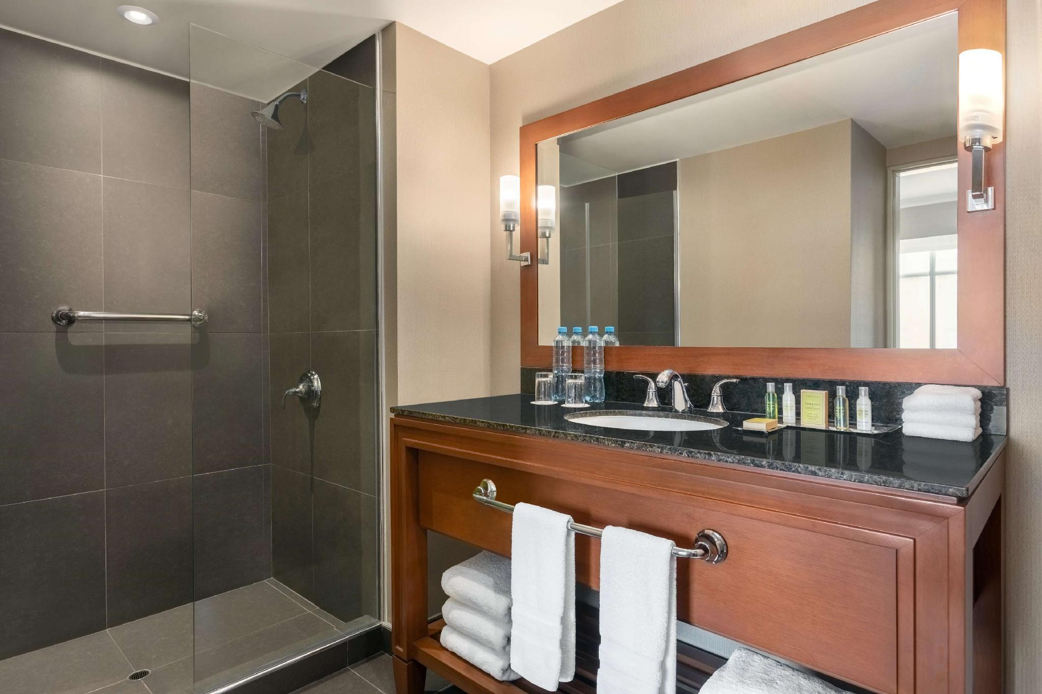 1 King Junior Suite with Kitchenette