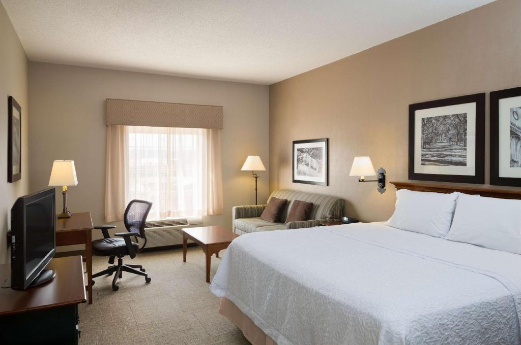1 King Bed Study Non-Smoking - Guestroom Hampton Inn and Suites State College  at Williamsburg Square