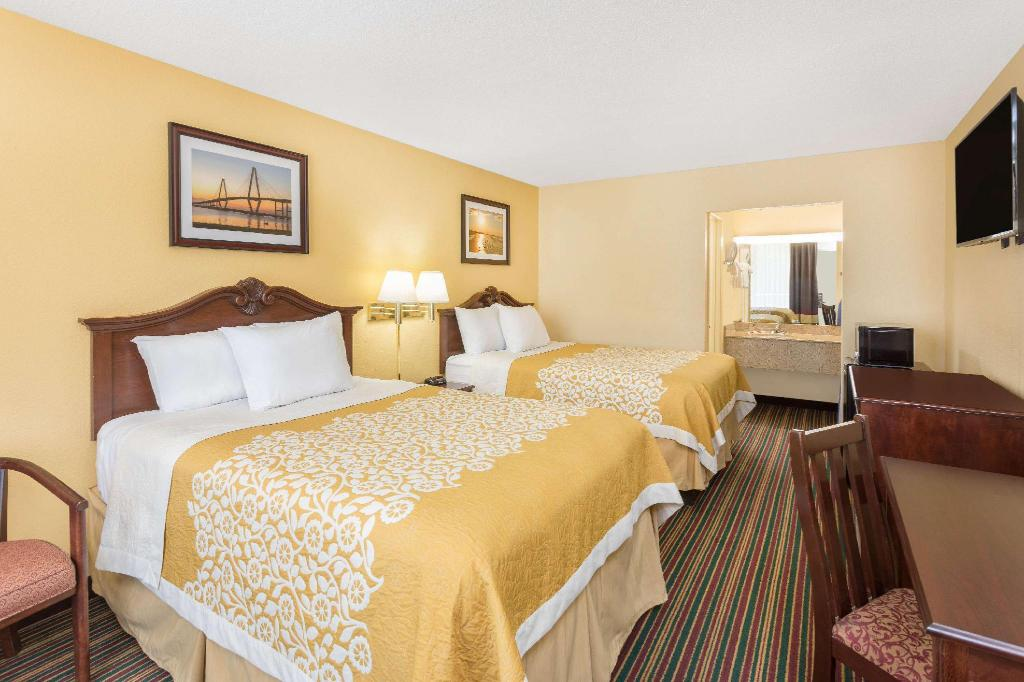 2 Double Beds Smoking - Guestroom Days Inn by Wyndham Mt Pleasant-Charleston-Patriots Point