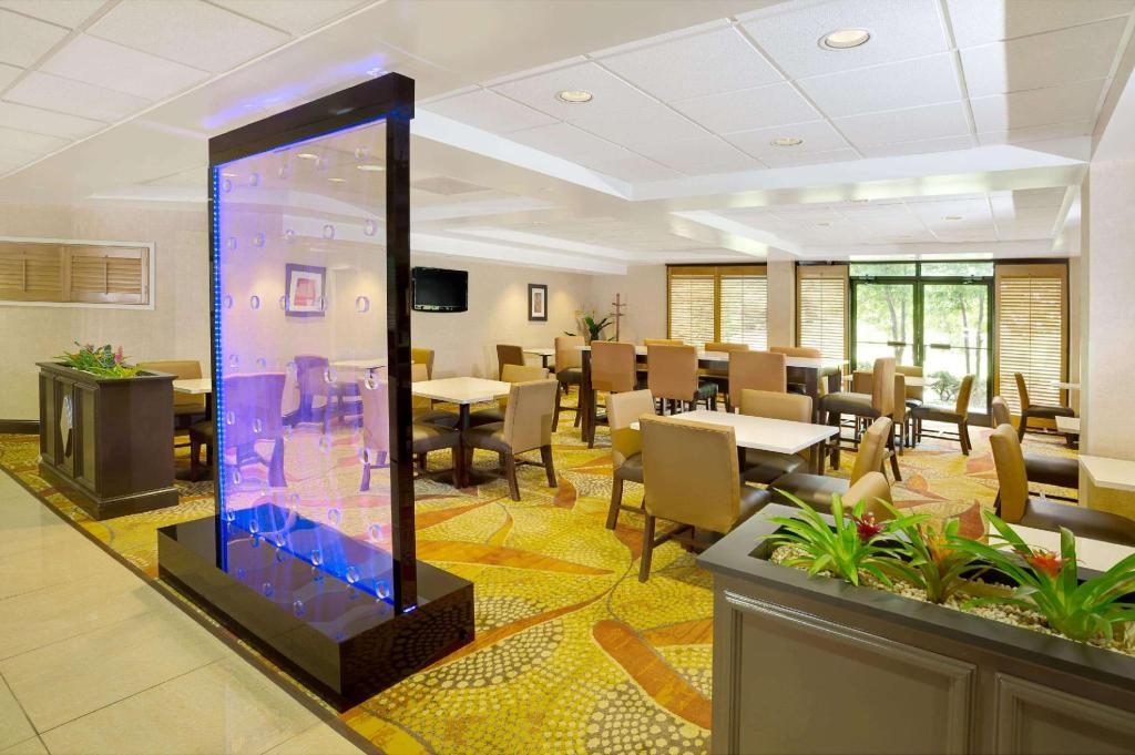 Lobby Wingate by Wyndham Raleigh Durham / Airport
