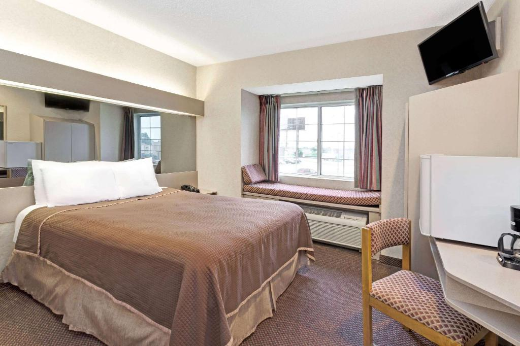 1 Queen Bed Smoking - Suite room Howard Johnson Hotel & Suites by Wyndham Elk Grove Village