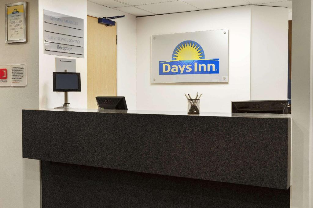 Lobby Days Inn by Wyndham London Stansted Airport