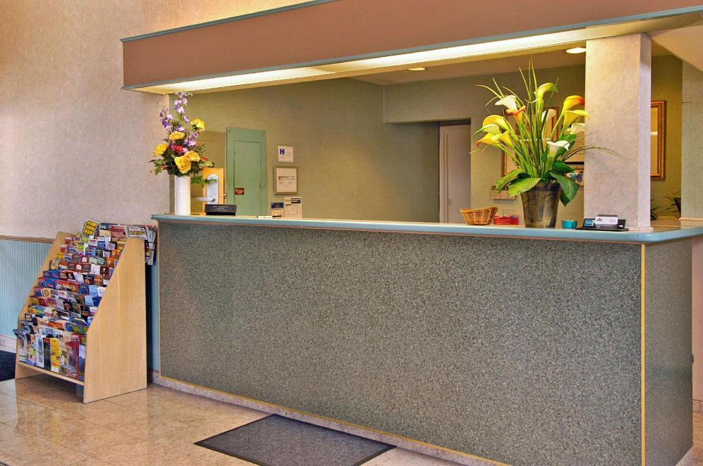 Lobby Days Inn & Suites by Wyndham Hayward
