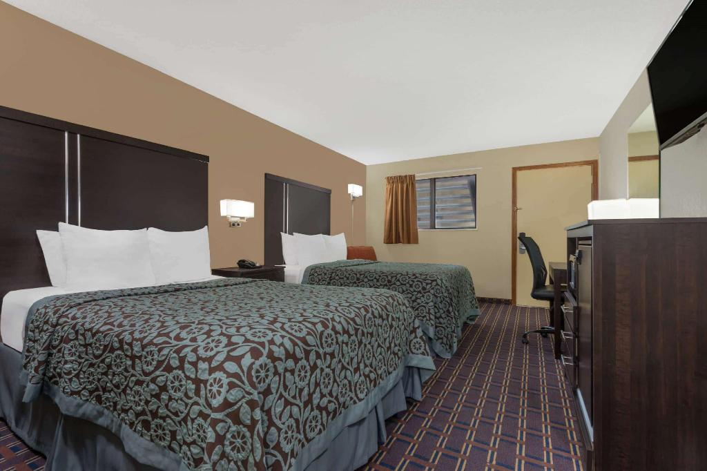 2 Double Beds Non-Smoking - Guestroom Days Inn by Wyndham Maumee/Toledo