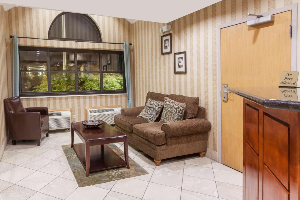 Lobby Microtel Inn & Suites by Wyndham Knoxville