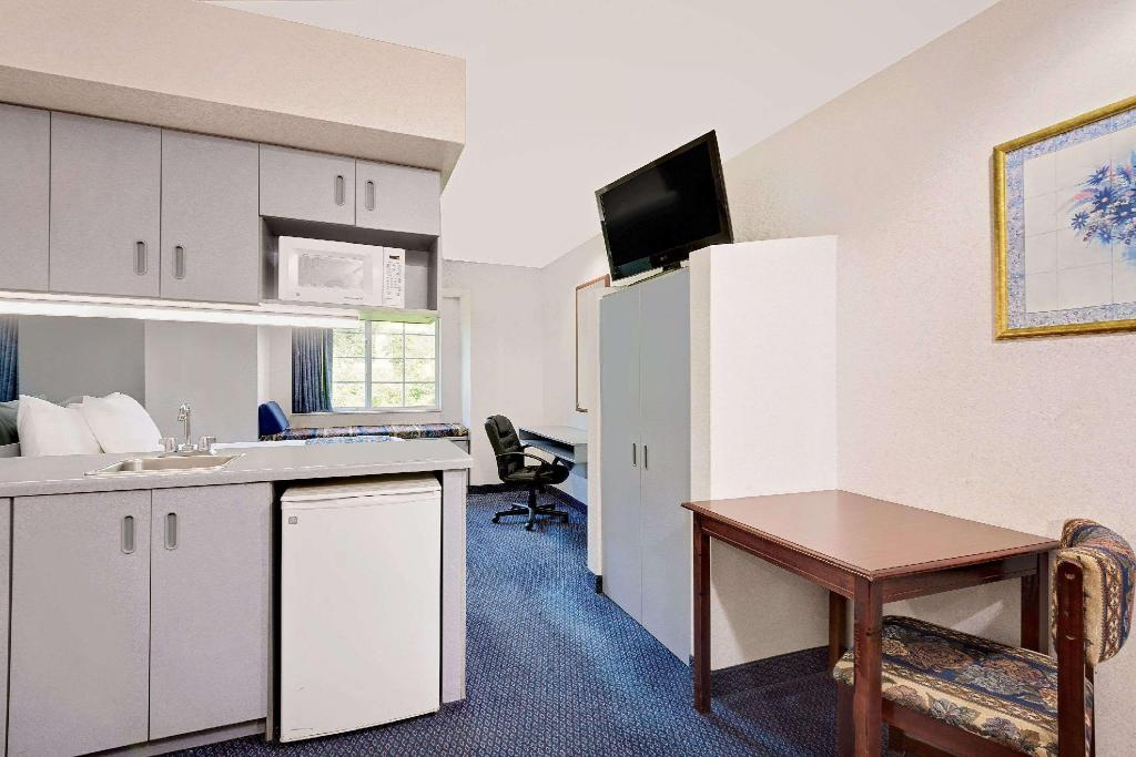 1 Queen Bed, Whirlpool Suite, Non-Smoking - Guestroom Microtel Inn & Suites by Wyndham Hagerstown