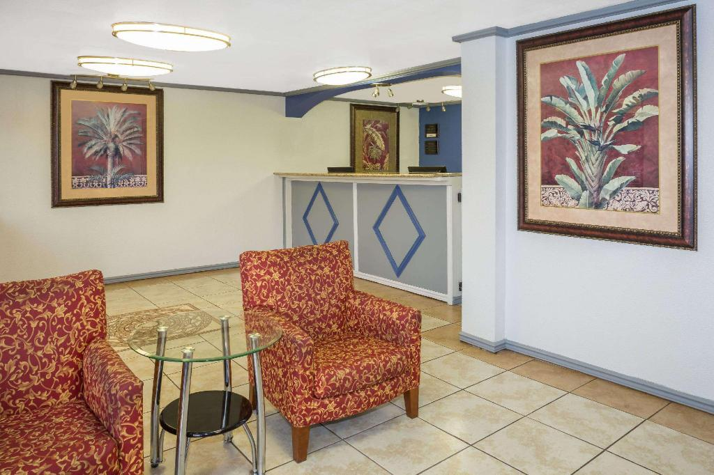 Lobby Travelodge by Wyndham Fort Myers North