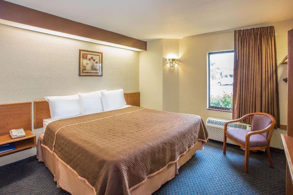1 King Bed Accessible Room Non-Smoking - Guestroom Travelodge by Wyndham Fort Myers Airport